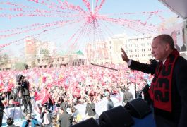 Erdoğan'dan 'Bizimkisi bir aşk hikayesi' şarkısı