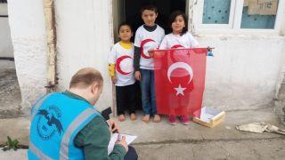 Havacılar, miniklere Türk bayraklı tişört dağıttı