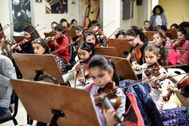 İki Elin Sesi Var Çocuk Senfoni Orkestrası çocukları konsere hazırlanıyor