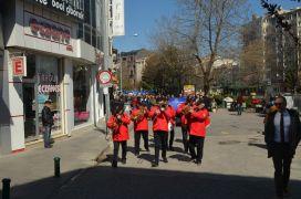 Otizme dikkat çekmek için Es Es Bando eşliğinde yürüdüler