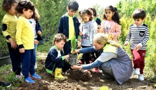 Anaokulu ve kreş öğrencileri çam fidanlarını toprakla buluşturdu