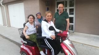Engelli kadının şarjlı araç mutluluğu