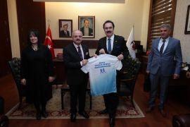 Vali Çakacak, Dünya Gençlik ve Spor Konfederasyonu Başkanı Aygündüz'ü kabul atti