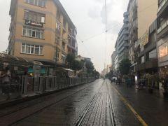 Eskişehir'de aniden bastıran yağmur vatandaşlara zor anlar yaşattı