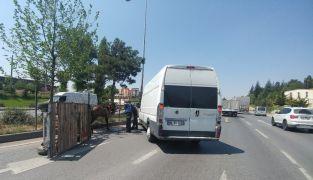 Kontrolden çıkıp devrilen at arabası trafiği birbirine kattı