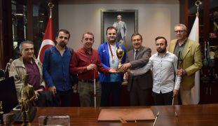 Kupayı Başkan Ataç'a getirdiler