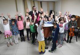 Çocuklar müzik aletlerini tanıyor