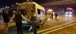 Fabrika işçilerini taşıyan minibüs kaza yaptı: 8 yaralı