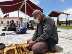 Yaşlı vatandaşların Cuma namazı mutluluğu