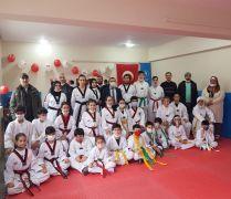 Taekwondo sporcularının siyah kuşak sevinci