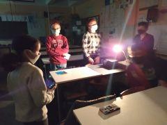 Çocuklar ışık ve ışık kirliliği hakkında çalışmalar yürütüyor