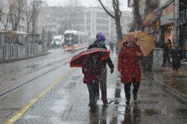 Eskişehir'e yeniden yağan kar kartpostallık görüntüler oluşturdu