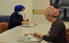Covid-19 servisinde hemşirelerin ilk iftarı