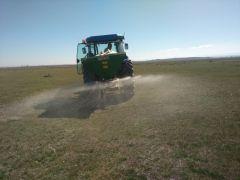 Eskişehir'de meralarda gübreleme ve tohumlama çalışması yapıldı