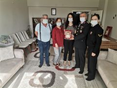 Şehit ailesine 'Hizmet Anısı Şilti ve Belgesi' takdim edildi