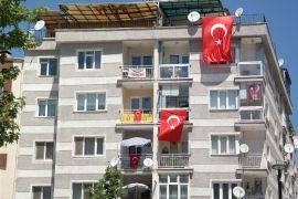 Eskişehirliler 19 Mayıs kutlamasını balkon ve pencerelere taşıdı