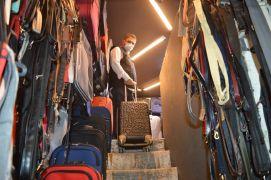 (ÖZEL) Turizm hareketliliği çanta ve valiz satıcıların yüzünü güldürüyor