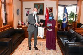 Rektör Erdal yabancı uyruklu öğrencisini tebrik etti