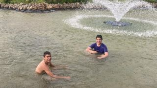 (ÖZEL) Gençlerin sağanak yağmur altında süs havuzu keyfi